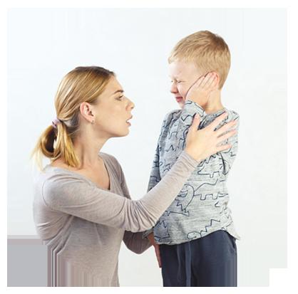 kisfiú fogja a fülét, édesanyja aggódva figyeli