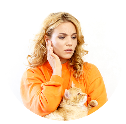nő fájlalja a fülét, ölében egy macskával