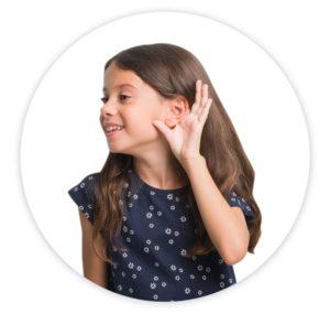 kislány fogja a bal fülét