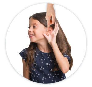 kislány bal fülébe fülcseppet cseppentenek